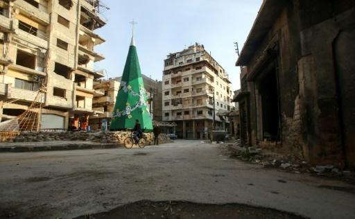 Un sapin de Noël se dresse au milieu des destructions dans la vieille ville syrienne de Homs, où les chrétiens vont célébrer Noël pour la première fois depuis des années, le 17 décembre 2017 © Youssef KARWASHAN AFP