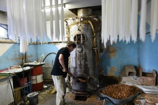 Patrice Charpon, l'un des derniers artisans ciriers de France, travaille dans son atelier de Vion, dans la Sarthe, le 20 décembre 2017 © JEAN-FRANCOIS MONIER AFP