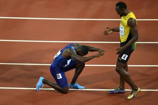 Le sprinteur américain Justin Gatlin rend hommage au Jamaïcain Usain Bolt, à l'issue du 100 m des Mondiaux le 5 août 2017 à Londres © ANTONIN THUILLIER AFP/Archives