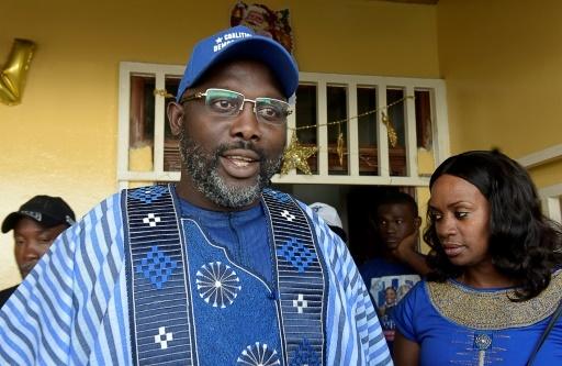 George Weah ex-star du football et candidat à la présidence du Liberia avec sa femme à Monrovia, le 23 décembre 2017 © SEYLLOU AFP