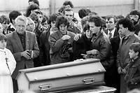 Le 20 octobre 1984, Christine et Jean-Marie Villemin, les parents du petit Grégory Villemin, qui avait été retrouvé noyé à l'âge de 4 ans, le 16 octobre, pieds et poings liés dans la Vologne, une rivière des Vosges, pleurent devant son cercueil lors de ses obsèques.