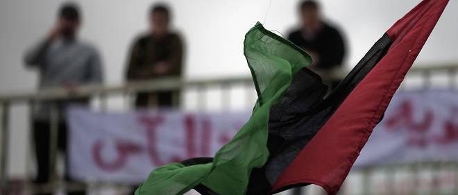 Un drapeau libyen flotte à Derna en février 2011.