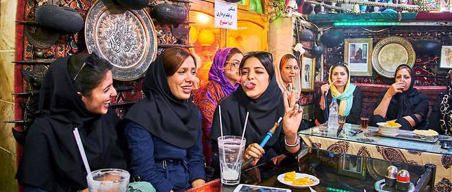 Jeunesse. Ambiance festive à Ispahan, dans la maison de thé Azadegan, où les femmes se retrouvent pour fumer le qelyoun (pipe à eau aromatisée). EnIran, 70% de la population a moins de 35 ans, et la majorité des étudiants sont des femmes.