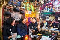 Jeunesse. Ambiance festive à Ispahan, dans la maison de thé Azadegan, où les femmes se retrouvent pour fumer le qelyoun (pipe à eau aromatisée). EnIran, 70% de la population a moins de 35 ans, et la majorité des étudiants sont des femmes.  ©Tuul et Bruno MORANDI/hemis
