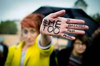 Fin octobre, à Paris, une manifestante proteste contre les violences faites aux femmes et le harcèlement.  ©CHAMUSSY/SIPA