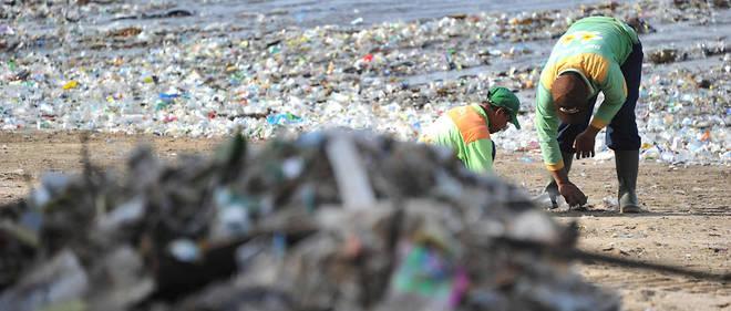 Chaque jour, 700 employés de nettoyage et 35 camions ramassent environ 100 tonnes d'ordures sur les plages pour aller les déverser dans une décharge proche.