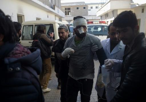 Un blessé arrive à l'hôpital après un attentat contre un centre culturel chiite, le 28 décembre 2017 à Kaboul, en Afghanistan © SHAH MARAI AFP