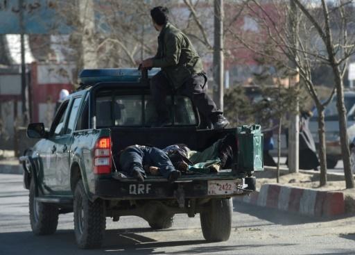 Des policiers afghans transportent dans leur véhicule les corps de victimes d'un attentat contre un centre culturel chiite, le 28 décembre 2017 à Kaboul © SHAH MARAI AFP