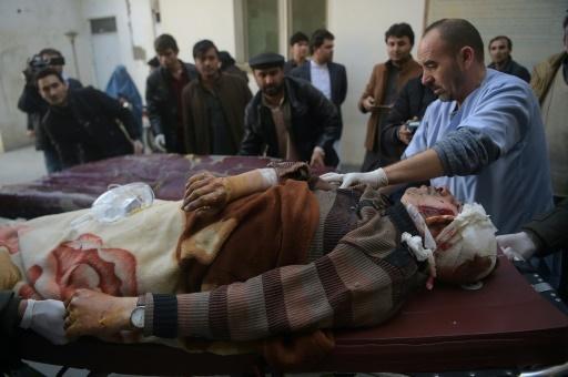 Un blessé est soigné à l'hôpital de Kaboul après un attentat contre un centre culturel chiite, le 28 décembre 2017 en Afghanistan © SHAH MARAI AFP