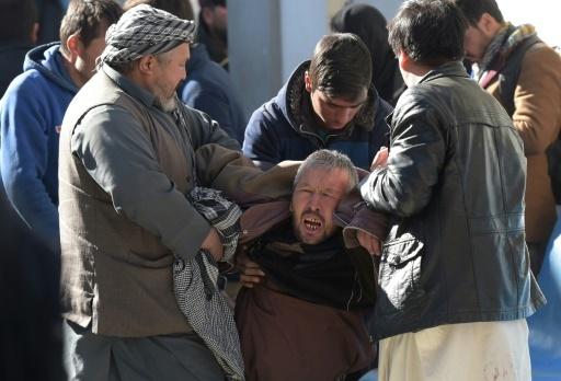 Un Afghan pleure pour sa famille devant un hôpital à Kaboul après un attentat contre un centre culturel chiite, le 28 décembre 2017 à Kaboul © SHAH MARAI AFP