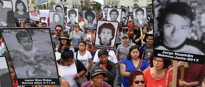 """Manifestation à Lima le 25 décembre pour protester contre la """"grâce humanitaire"""" accordée à l'ancien président péruvien Alberto Fujimori, condamné à 25 ans de prison pour corruption et crimes contre l'humanité."""