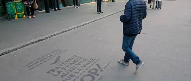 Publicité pour Hop !, filiale d'Air France, devant la gare de Nantes.