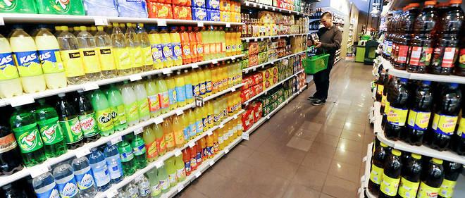 Un client achète boissons sucrées ou light dans un supermarché. Image d'illustration.