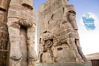 """Tourisme à Persépolis. Face à la porte des Nations, deux lammassus, taureaux ailés à tête humaine, de style assyrien, ouvrent l'allée des Processions, qu'empruntaient satrapes et dignitaires sur le chemin menant au palais des Cent Colonnes, ou salle du trône.  ©Ali KAVEH/REA pour """"Le Point"""""""