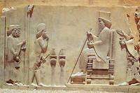Audience. Un officier rend hommage à DariusIer (à droite). Persépolis, bas-relief de la salle du Trésor impérial (vers -510).