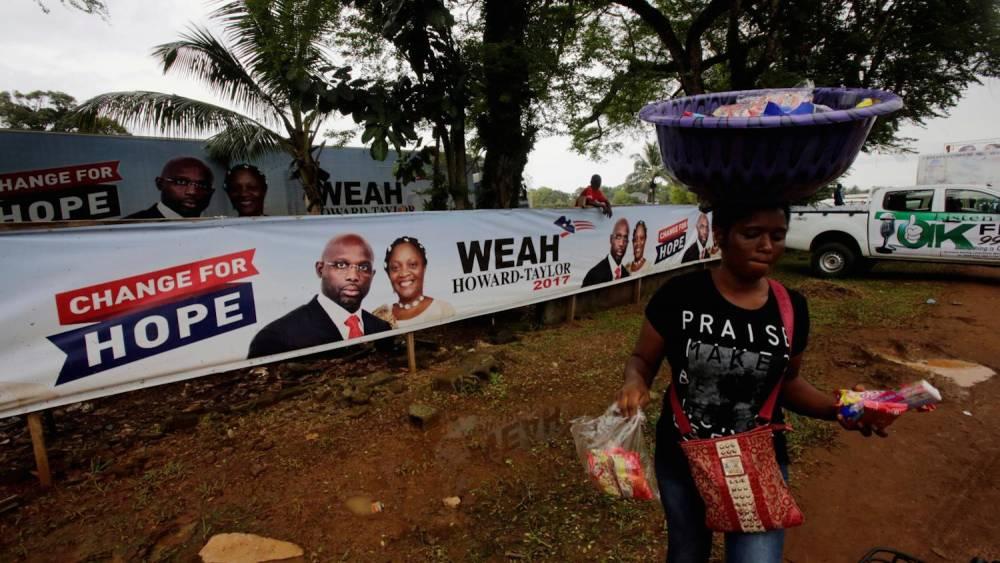 Affiche de campagne du candidat George Weah avec Jewel Howard-Taylor, à Monrovia. ©  Reuters