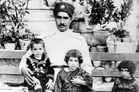 Réformateur. Au cours desonrègne, de 1925 à 1941, RezaChah Pahlavi (ici, en 1922, avecsesenfants Mohammad –lefuturchah, sur ses genoux–, Ashraf etChams) atransformé son pays en un État laïque inspiré de laTurquie d'Atatürk, qu'il admirait.  ©Rue des Archives