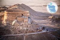 """Une «tour du silence», aux abords de Yazd. C'est ici que les familles zoroastriennes déposaient leurs morts pour que les oiseaux de proie les dévorent, afin de ne pas souiller la terre.  ©Ali KAVEH/REA pour """"Le Point"""""""