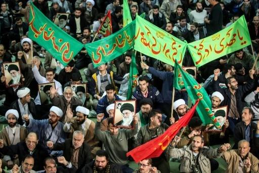 Des manifestants iraniens arborent des portraits du numéro un Ali Khamenei lors d'un rassemblement de soutien au gouvernement à Téhéran, le 30 décembre 2017 © HAMED MALEKPOUR TASNIM NEWS/AFP