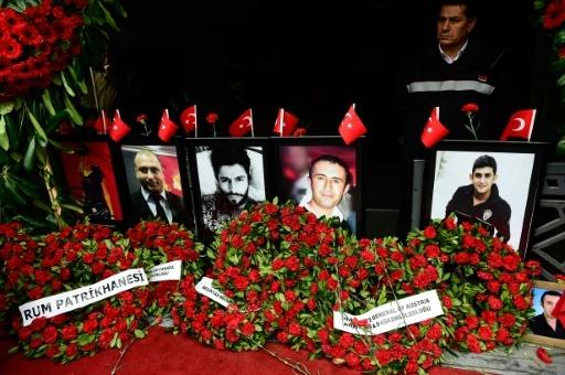 Des fleurs ornent les portraits des victimes du Reina un an après l'attentat contre la boîte de nuit à Istanbul © YASIN AKGUL AFP