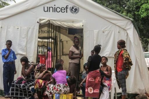 Des survivants des inondations  sont accueillis dans des centres à Freetown, le 15 novembre 2017 © Saidu BAH AFP