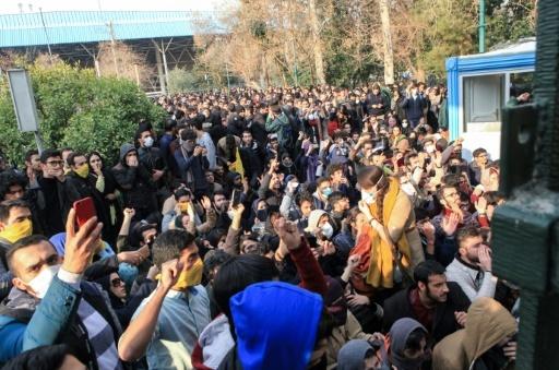 Des étudiants iraniens manifestent devant l'université de Téhéran, le 30 décembre 2017 © STR AFP