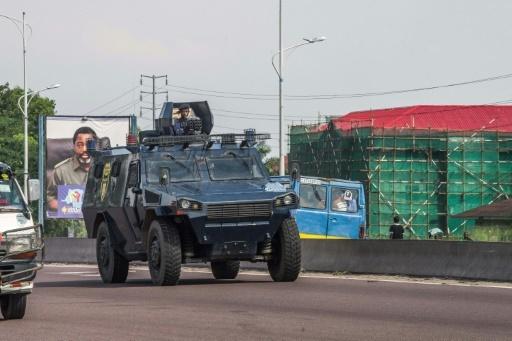 Un véhicule blindé de la police congolaise patrouille dans les rues de Kinshasa, le 30 novembre 2017, lors d'une journée de manifestation © Junior D. KANNAH AFP/Archives
