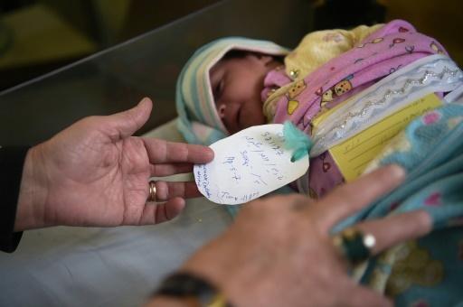 Un nouveau-né dans une maternité à Kaboul, le 26 décembre 2017 mais son anniversaire sera célébré par facilité tous les 1ers janvier,  faute de certificat de naissance officiel © Shah MARAI AFP