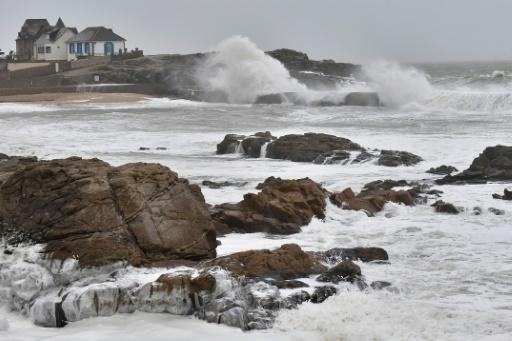 Des vagues s'écrasent contre les rochers au large de la plage de Batz-sur-Mer, (Ouest de la France), avant le passage de la tempête Carmen, le 31 décembre 2017 © LOIC VENANCE AFP