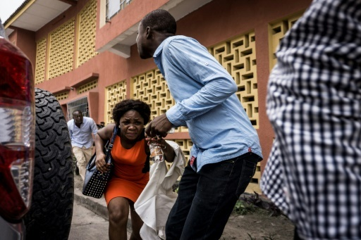 Des catholiques se dispersent pour éviter les tirs de gaz lacrymogène de la police congolaise le 31 décembre 2017 © John WESSELS AFP