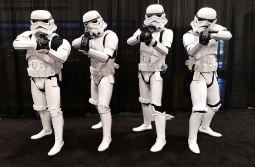 """Des fans de la saga """"Star Wars"""" déguisés en soldats impériaux lors d'une convention le 16 avril 2015 à Anaheim, en  Californie. © FREDERIC J. BROWN AFP/Archives"""