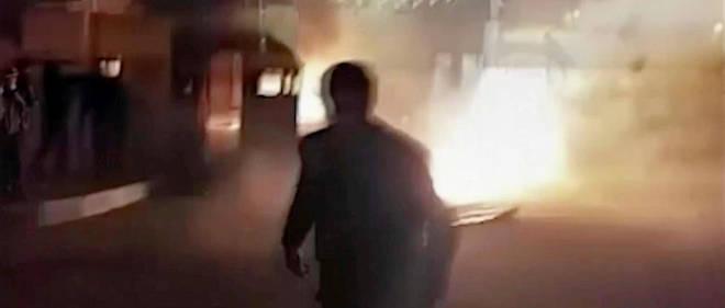 """Capture d'écran d'une vidéo envoyée par """"Freedom Messenger"""" qui dit être """"une agence de presse iranienne indépendante et favorable à un complet changement de régime"""". Selon son auteur, elle montre l'attaque à Qahdarijan d'un poste de police le 2 janvier."""