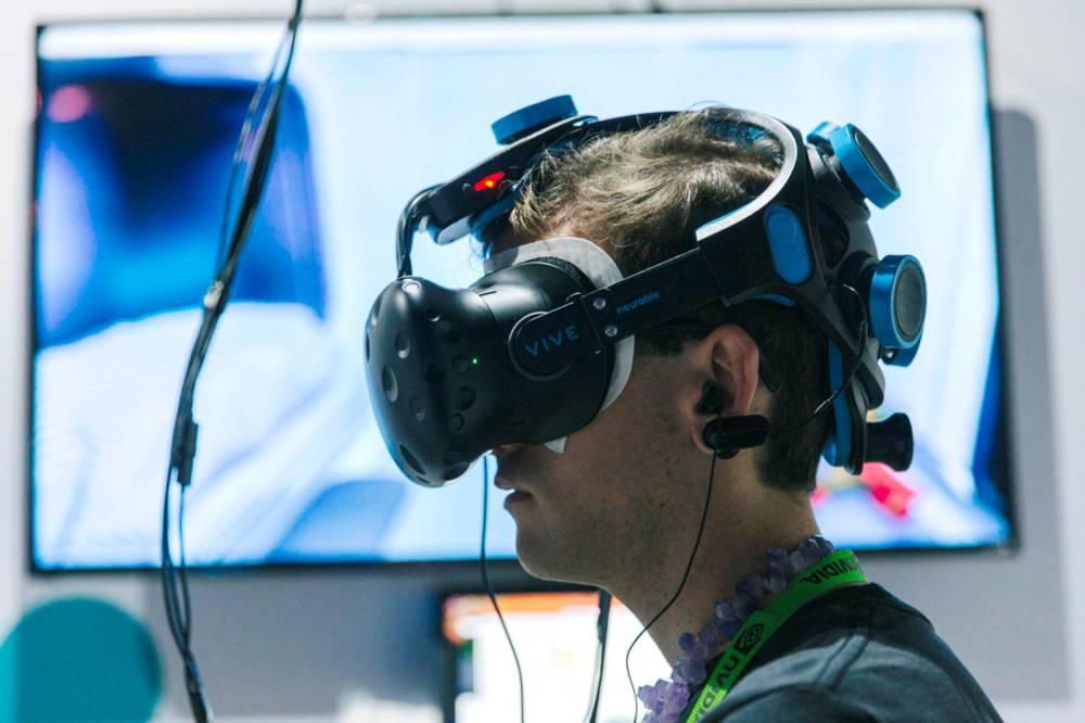 Neurable (Cambridge), une interface cerveau-machine permettant le contrôle mental d'un monde virtuel ©  Neurable