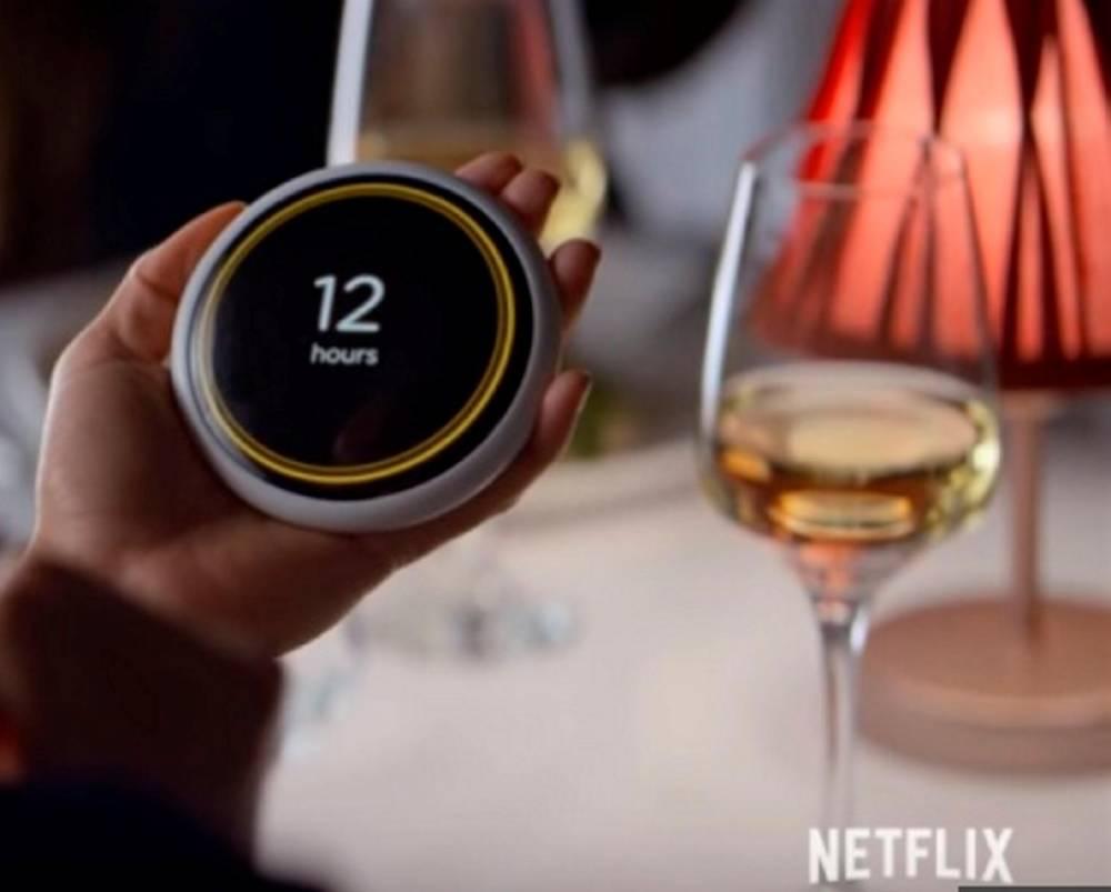"""Le """"coach"""", un assistant vocal guidant les relations des personnages dans """"Hang the DJ"""" ©  Netflix"""