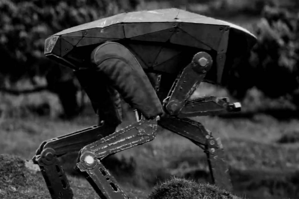 Scène de Metalhead, montrant le robot tueur à quatre pattes qui traque le personnage principal ©  Netflix