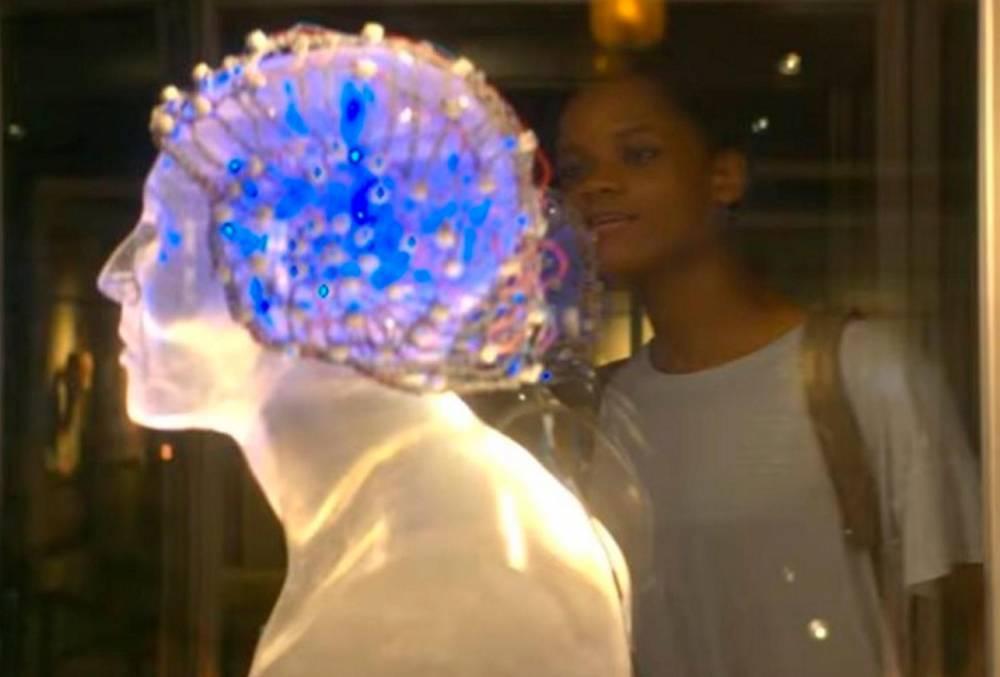 Scène de Black Museum, présentant le casque transférant des sensations corporelles d'un corps à l'autre ©  Netflix