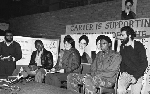 Trois otages américains non identifiés s'expriment devant la presse, le 5 novembre 1979 à l'ambassade des Etats-Unis à Téhéran © - IRNA/AFP/Archives