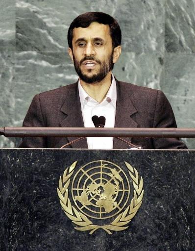 Mahmoud Ahmadinejad, alors président de la République islamique d'Iran, s'exprime à la tribune de l'Assemblée générale des Nations unies, le 14 septembre 2005 © TIMOTHY A. CLARY AFP/Archives