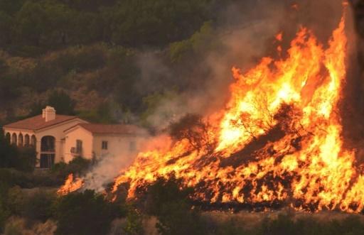 """L'incendie """"Thomas"""", le plus destructeur jamais enregistré en Californie en terme de surface brûlée, a notamment ravagé en décembre 2017 le comté de Santa Barbara © HO Santa Barbara County Fire/AFP/Archives"""