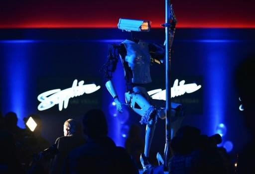 """Un robot imite une danseuse de """"pole-dance"""" dans un club de striptease de Las Vegas, le 8 janvier 2018 © Mandel Ngan AFP"""