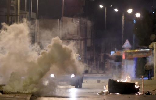 Les forces de sécurité tunisiennes recherchent des protestaires à Ettadhamen, dans la banlieue de Tunis le 10 janvier 2018 © FETHI BELAID AFP