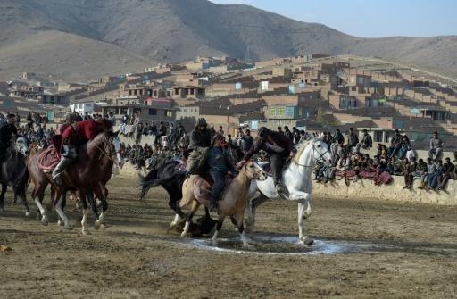Des cavaliers sur leur monture pratiquent le bouzkachi, joute sauvage autour d'un veau décapité, dans la banlieue de Kaboul, le 1er décembre 2017 © Wakil KOHSAR AFP