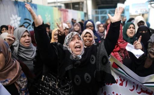 Photo de manifestantes devant les bureaux des Nations unies dans le camp de réfugiés d'Al-Nusirat, après l'annonce du gel partiel de l'aide américaine, le 17 janvier 2018 dans la bande de Gaza © MAHMUD HAMS AFP