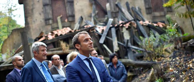 Philippe de Villiers, qui dirige le Puy du Fou, applaudit les premiers pas d'Emmanuel Macron, qui lui rendait visite auxÉpesses en août 2016.