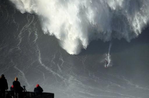 L'Australien Ross Clarke-Jones lors d'une session de surf à Praia do Norte de Nazaré, le 18 janvier 2018  © FRANCISCO LEONG AFP