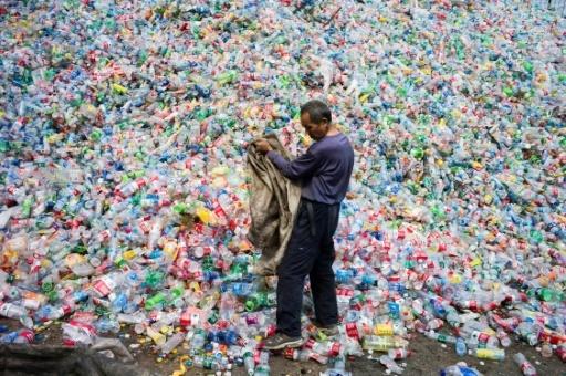 Bouteilles en plastique destinées au recyclage à Dong Xiao Kou, dans la banlieue de Pékin, en septembre 2015 © FRED DUFOUR AFP/Archives