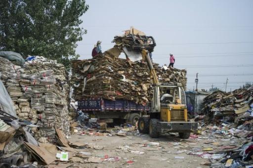 Du papier destiné au recyclage est stocké dans le village de Dong Xiao Kou, dans la banlieue de Pékin, en septembre 2015 © FRED DUFOUR AFP/Archives