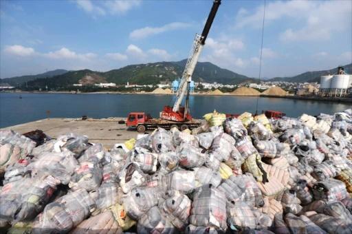 Destruction par les douanes de déchets illégalement importés dans une zone portuaire de Shenzhen, dans le sud de la Chine, en novembre 2016 © - AFP/Archives