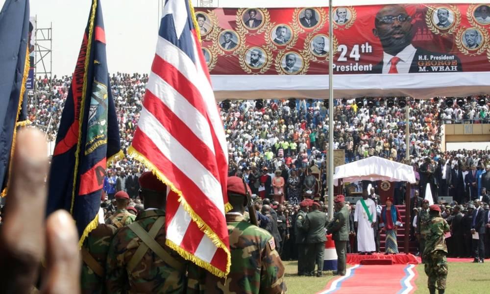Weah et l'ancienne présidente Ellen Johnson Sirleaf face à la foule au stade Samuel Doe à Monrovia ©  Reuters / Thierry Gouegnon