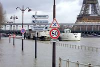 Vue des quais inondés par la crue de la Seine à Paris, en 2001, près de la tour Eiffel.  ©THOMAS COEX